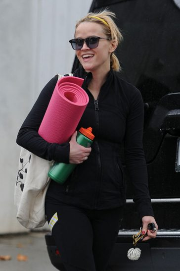 Reese Witherspoon Carries her Yoga Mat and water bottle in Brentwood, Los Angeles © Atlantic Image