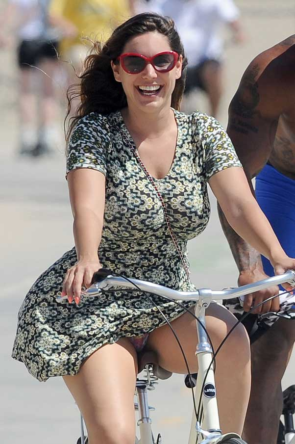 Kelly Brook Upskirt Oops Short Skirt Bike Los Angeles Sunglasses Flashing underwear